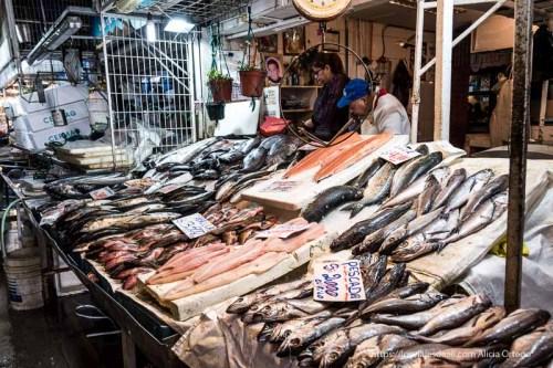 pescadería del mercado central de santiago de chile con grandes pescadillas, salmones