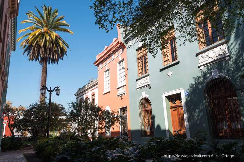 casas pintadas de color verde y naranja en barrio yungay de santiago de chile