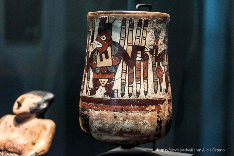 vaso de cerámica nazca de colores ocres y rojos en museo de arte precolombino de santiago de chile