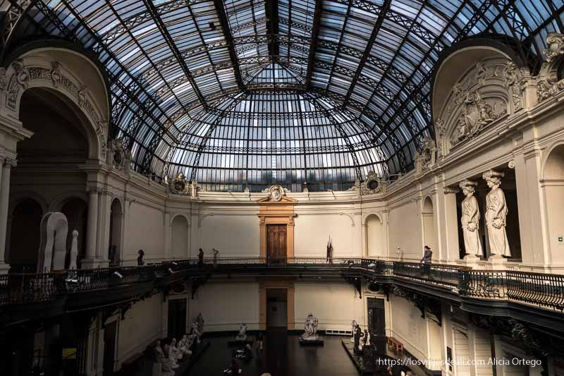 patio del museo bellas artes con cubierta de cristal emplomado en santiago de chile
