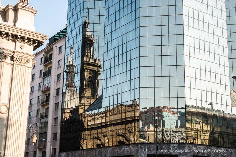reflejo de catedral de Santiago de Chile en el rascacielos de al lado