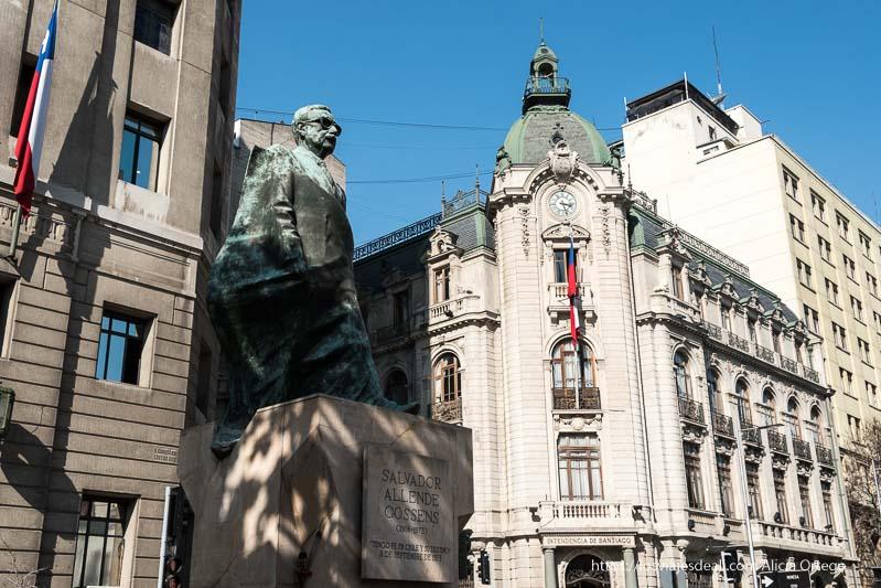 estatua de salvador allende en plaza constitución de santiago de chile