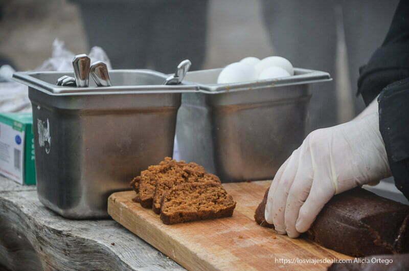 preparando el pan islandés que es como un pudding y se cuece en la tierra junto a los geyseres