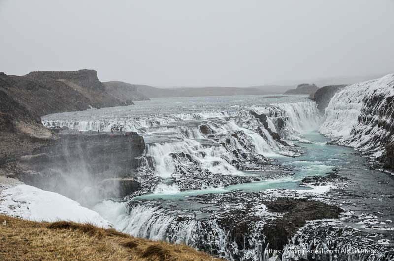 panorámica de la cascada de gulfoss con agua de color azul-verde intenso