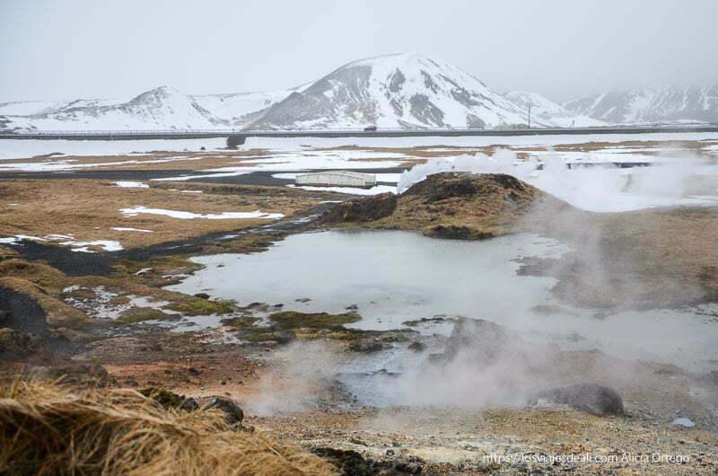 paisaje volcánico seminevado de islandia