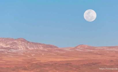 luna llena sobre el desierto de atacama