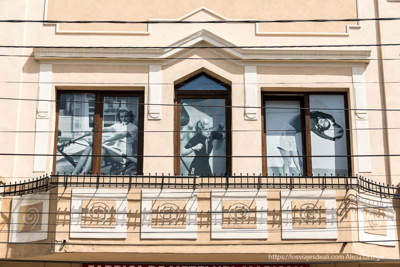 balcón con fotos de mujeres de los años 50 haciendo deporte en el pueblo de Rasnov