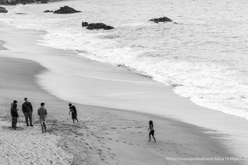 playa en blanco y negro con una familia en la orilla Viña del mar y valparaíso