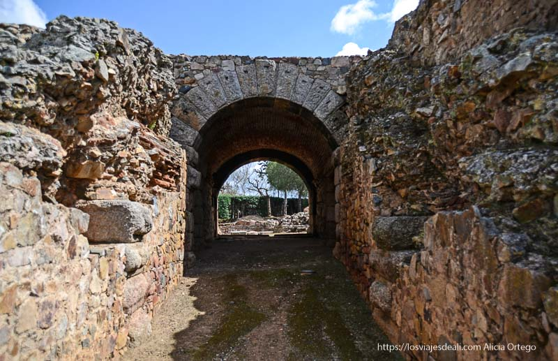 acceso de salida bajo un arco del teatro romano de mérida