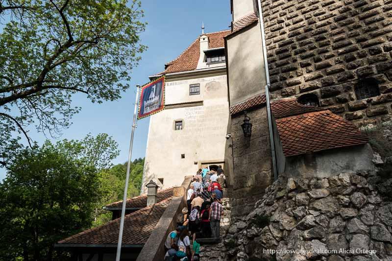 entrada al castillo llena de turistas excursión a bran y rasnov