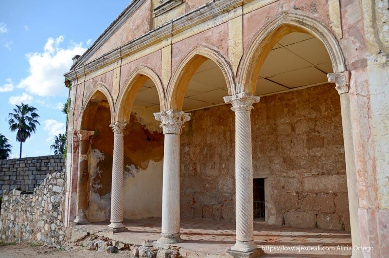 casa con arcos y columnas en la alcazaba de mérida