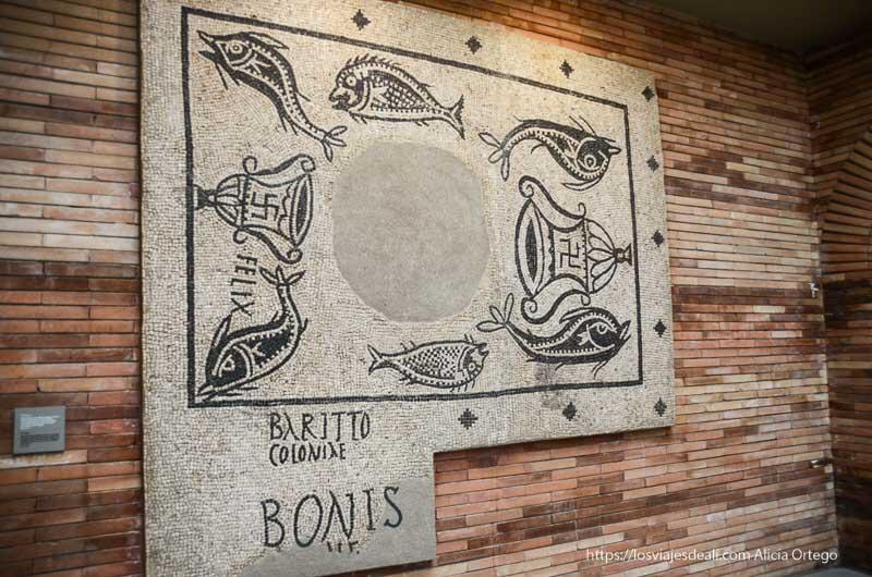 mosaico con peces y una especie de campana con la esvástica museo de arte romano de mérida