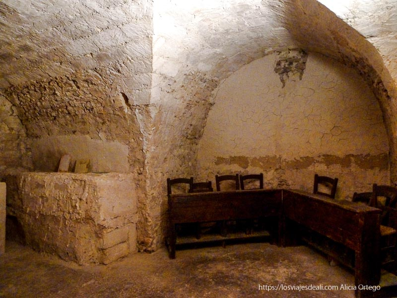 interior antiguo monasterio con bóvedas de piedra érice