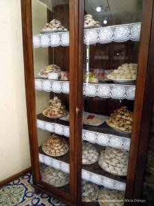 vitrina de pastelería de érice llena de dulces típicos