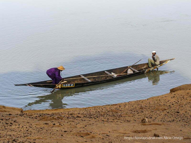 dos hombres en una pinaza en el río níger Gao