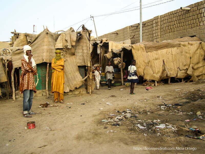 dos hombres con turbantes y tres niños mirando en el puerto de tombuctú