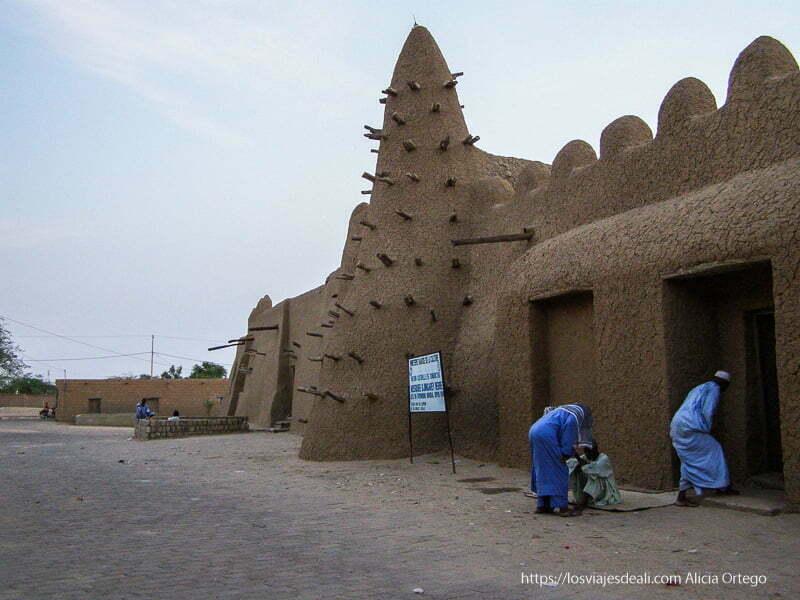 hombres vestidos de azul entrando en la mezquita tombuctú