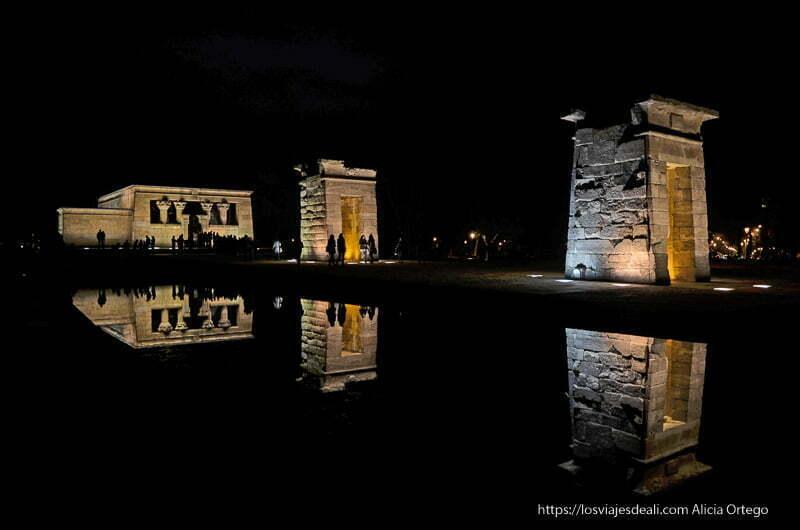 Templo de debod de noche reflejándose en el estanque
