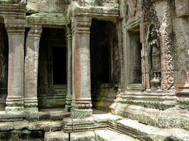 columnas y estatuas en Angkor