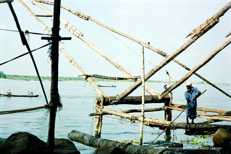 hombre en red de pesca china en kerala