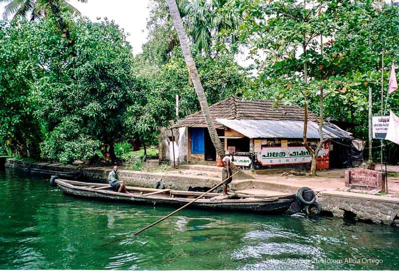 dos hombres en una barca en la orilla kerala