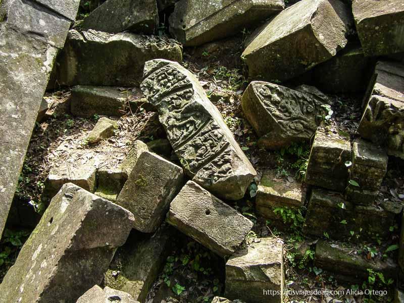 piedras con dibujos grabados en beng mealea