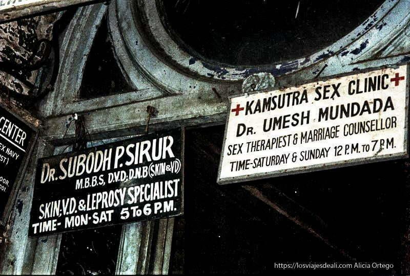 carteles anunciando clínica de sexo en bombay puertas y ventanas del mundo