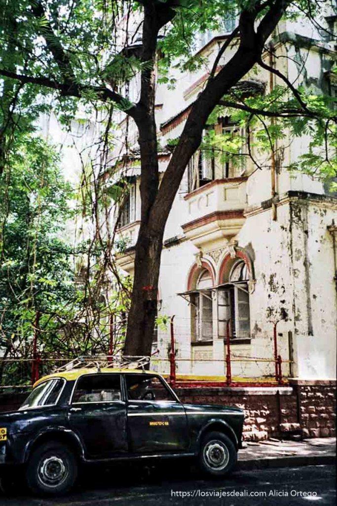 edificios coloniales y taxi negro y amarillo en bombay