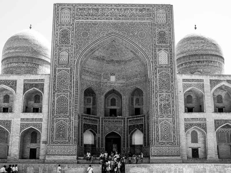 puerta de gran mezquita llena de azulejos en bukhara