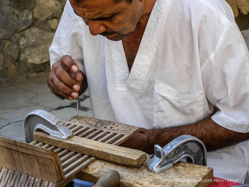 artesano trabajando la madera en bukhara