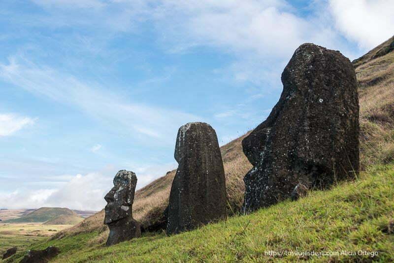 3 cabezas de moais en ladera de volcán cómo es viajar a Isla de Pascua