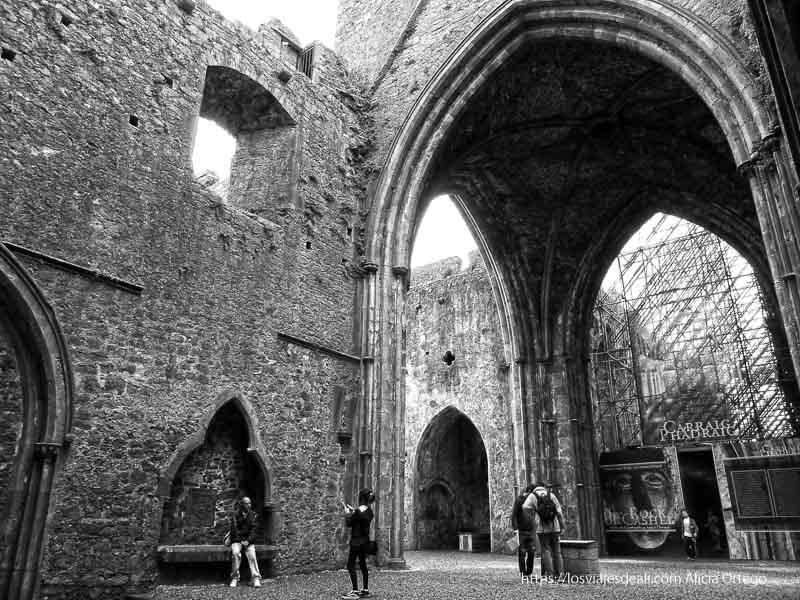 arcos góticos en rock of cashel castillos en irlanda