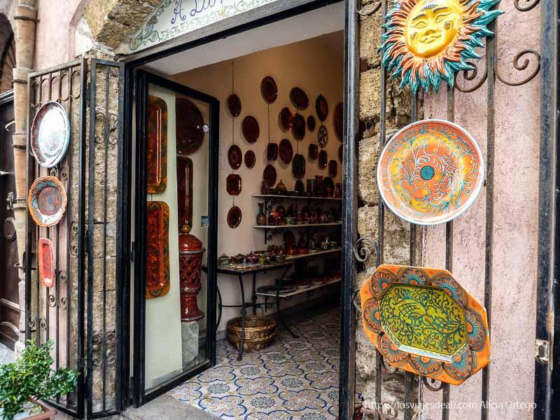 tienda de cerámica típica en cefalú