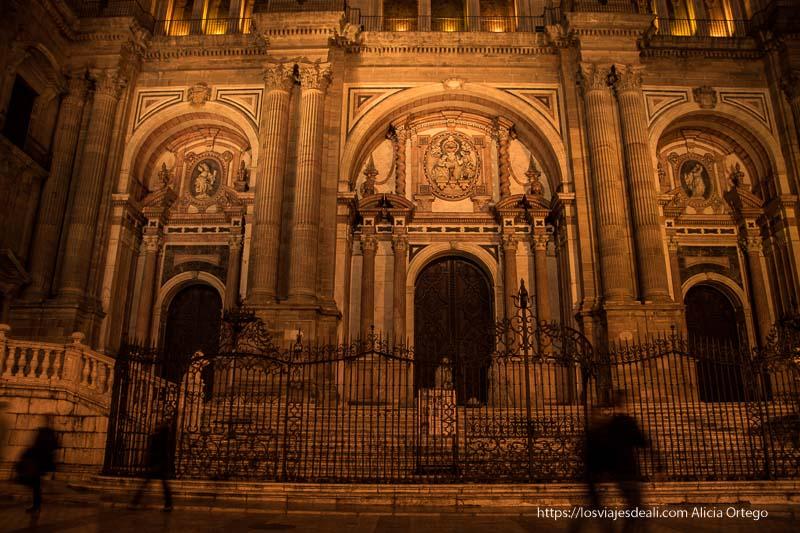 puerta de la catedral por la noche centro de málaga