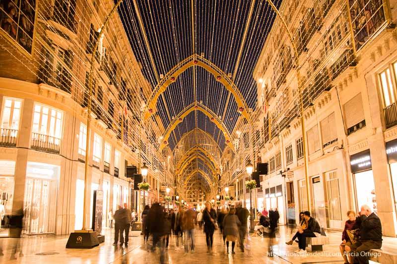 calle larios con luces de navidad por la noche centro de málaga