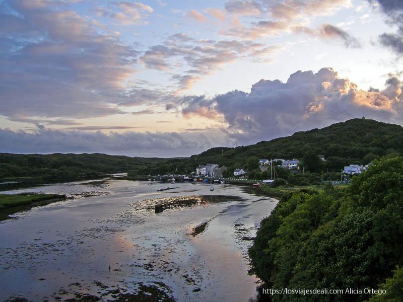 atardecer con nubes reflejándose en el río connemara