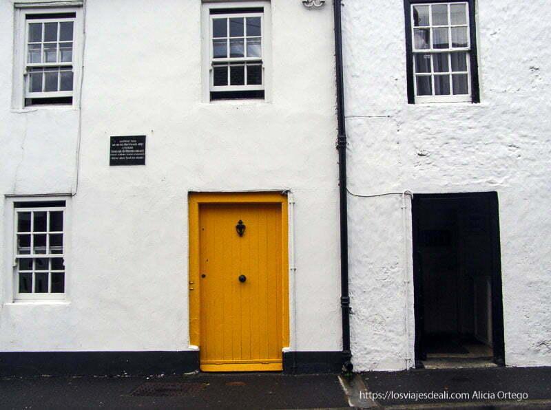 fachada blanca, negra y con puerta amarilla en carlingford costa este de irlanda