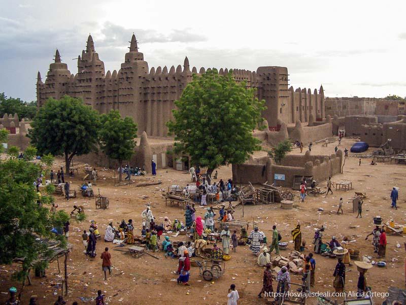 mezquita y restos de puestos al atardecer djenne en su dia de mercado