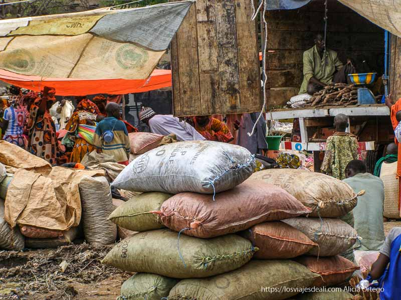 sacos apilados en djenne en su dia de mercado