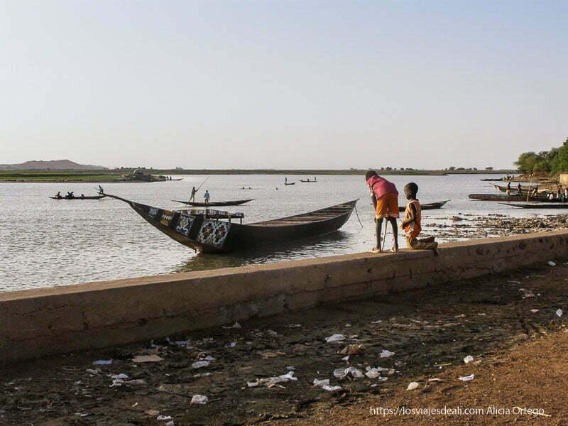 dos niños jugando junto al río níger gao