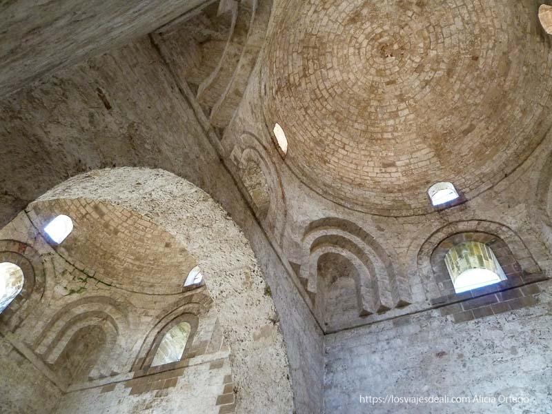 bódevas y ventanas con arcos iglesias y mercados de palermo