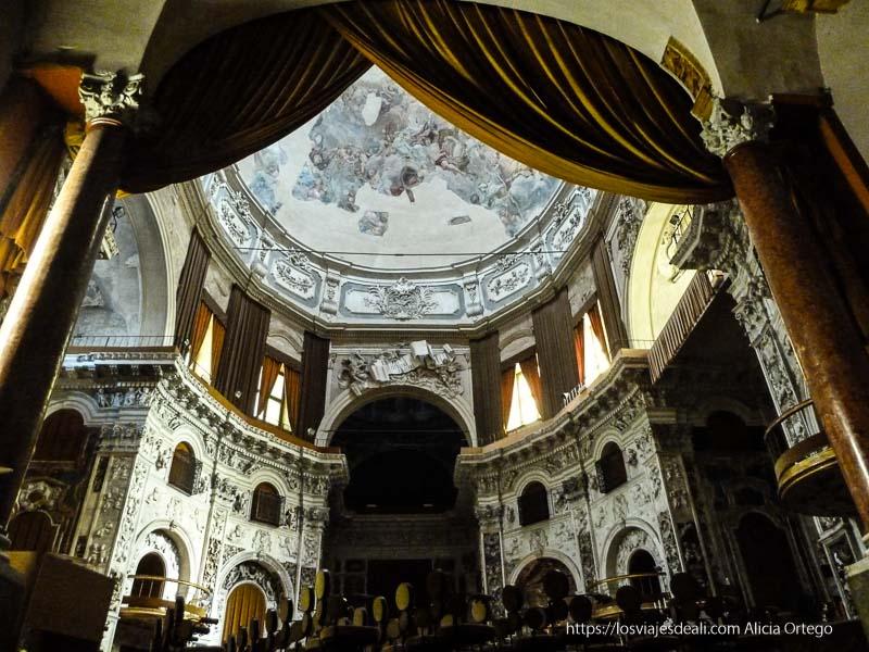 interior de iglesia que parece un teatro