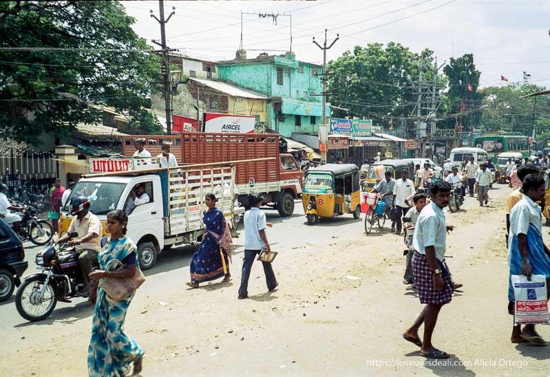 calle polvorienta de kanchi con gente cruzando, vehículos, bicis... tamil nadu