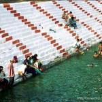gente bañándose en lago del templo de kanchi tamil nadu