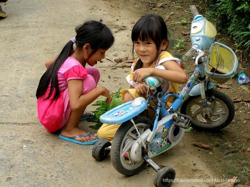 mellizas jugando con triciclo en la bahía de ha long