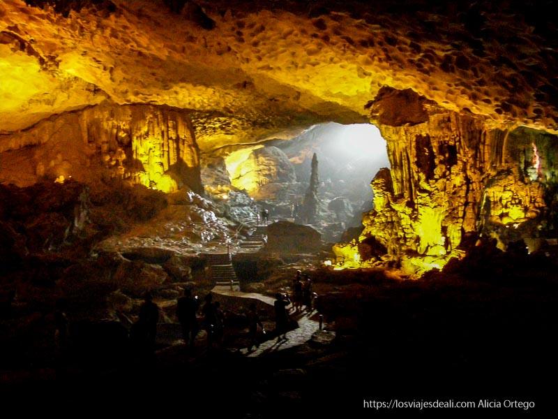 cueva de la bahía de ha long iluminada