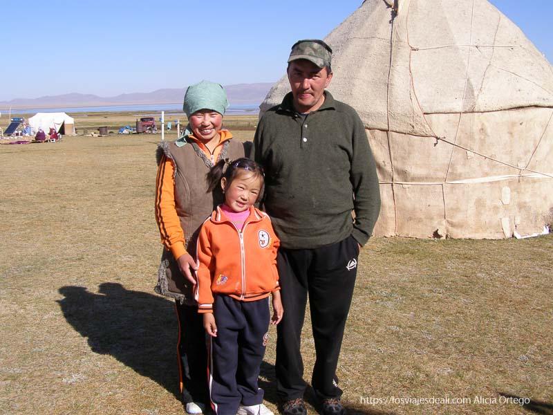 padres y niña junto a una yurta en el lago song kol