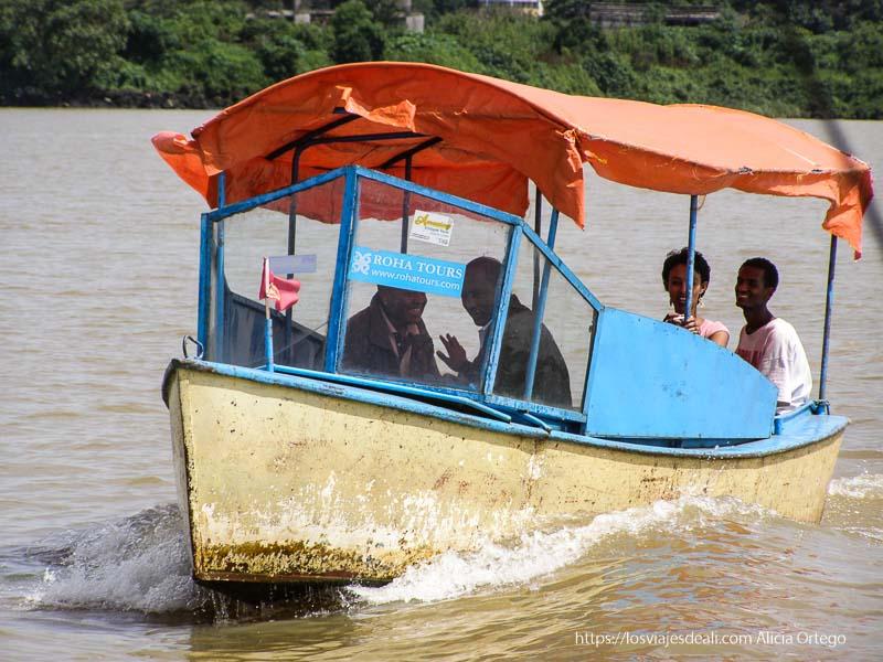 turistas etíopes en barquita en el lago tana