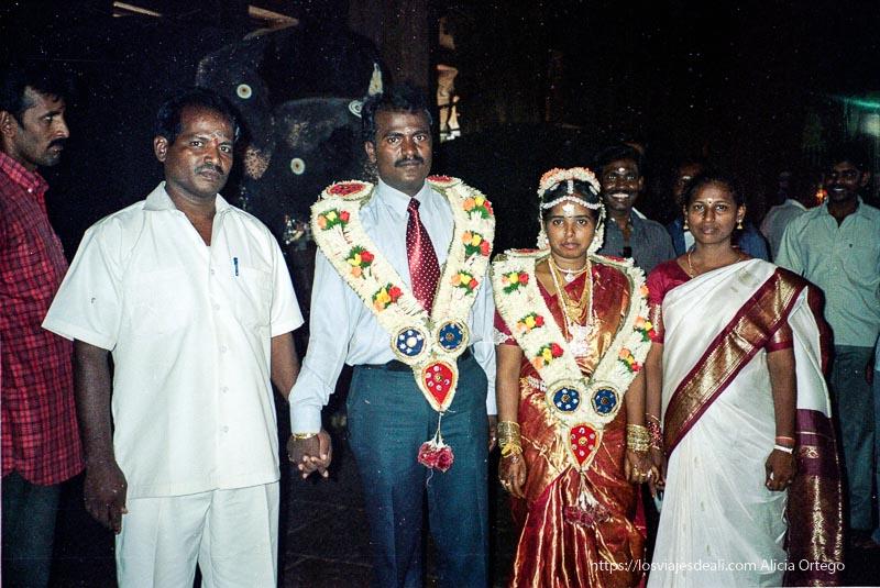 pareja de novios recién casados con elefante detrás dentro del templo de madurai tamil nadu