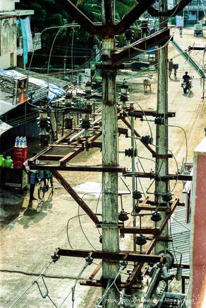 postes de luz en una calle de mamallapuram tamil nadu